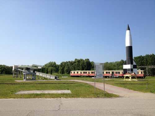 V1 og V2 rakettene foran toget som fraktet arbeidere til/fra anlegget, foto Adriani Kanellopoulos