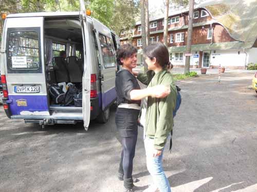 Varm avskjed med minibuss og sjåfør, foto HPFure